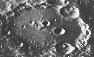 https://upload.wikimedia.org/wikipedia/commons/d/d4/Clavius_001.jpg